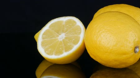 антиоксидант : Ripe fresh juicy yellow lemon on black background rotate
