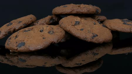 shovívavost : Chocolate cookies on stylish black background and a mirror surface Dostupné videozáznamy