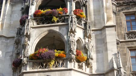 Бавария : Munich, Germany - October 25, 2019: Part of new town hall in Munich is decorated with a variety of blooming flowers. Marienplatz, the central square of the city