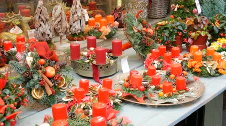 çelenk : Beautifully decorated Christmas decor compositions of red wax candles and wreaths on store window