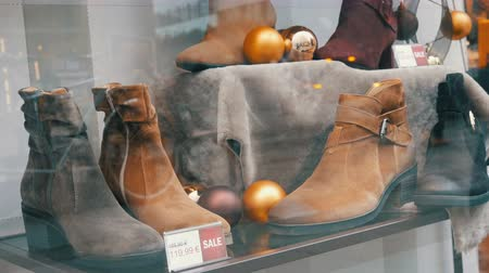 rastrelliera : Shelves in the window of shoe store with different classic leather womens shoes in various colors with price tags
