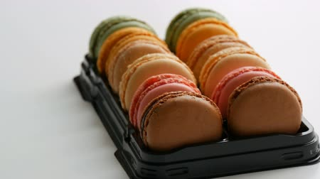 миндальное печенье : Multicolored french cookies macaron or macaroon in a special black box on white table Стоковые видеозаписи