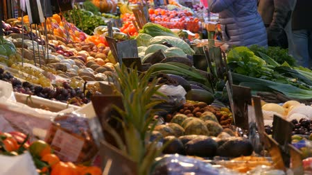 őszibarack : Buyers buy products. Vegetable market in a big city. Huge selection of various vegetables and fruits. Healthy fresh organic vegan food on the counter. Price tags in German. Stock mozgókép