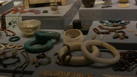 antropologia : Vienna, Austria - December 19, 2019: Inside the Museum of the History of Art. Department of the History of Ancient Egypt. Ancient Egyptian womens jewelry, beads, earrings, bracelets Archivo de Video