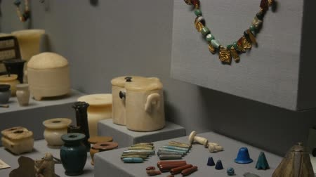 antikvitás : Vienna, Austria - December 19, 2019: Inside the Museum of the History of Art. Department of the History of Ancient Egypt. Ancient Egyptian womens jewelry, beads, earrings, bracelets Stock mozgókép
