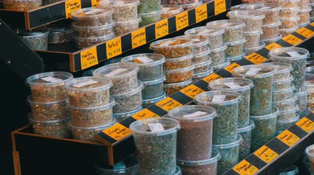 ziyafet : Various spices on a market counter. Cilantro, hot peppers, sweet peppers, saffron, turmeric, oregano, thyme hop and more. Vienna, Austria. German price tags Stok Video