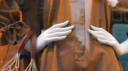 кукла : Part of a womans mannequin with white long hear. Dummy in shop window. Beautiful, expensive, fashionable clothes are shown on a boutique showcase