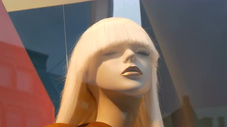loutka : Part of a womans mannequin with white long hear. Dummy in shop window. Beautiful, expensive, fashionable clothes are shown on a boutique showcase