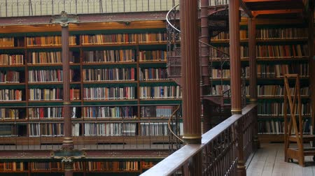 книжный шкаф : Beautiful vintage bookshelves in the old library in the Rijksmuseum, Amsterdam Стоковые видеозаписи