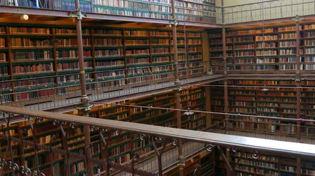 голландский : Beautiful vintage bookshelves in the old library in the Rijksmuseum, Amsterdam Стоковые видеозаписи
