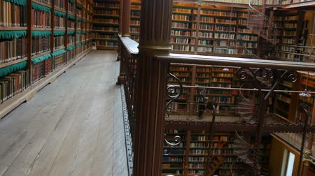 escritor : Beautiful vintage bookshelves in the old library in the Rijksmuseum, Amsterdam Stock Footage