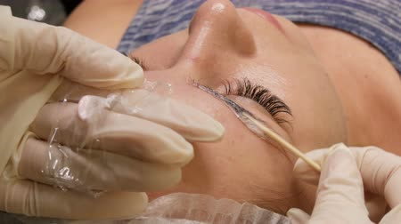 models : The master applies special anesthesia before the procedure. Eyebrow shape correction. Microblading, permanent makeup, tattoo Stock Footage