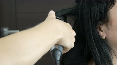 frizura : Special hot iron for curling hair curls. Beauty and fashion concept. Stylist Using Tool for Modeling