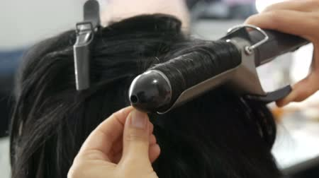 ondulação : Special hot iron for curling hair curls. Beauty and fashion concept. Stylist Using Tool for Modeling