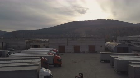 camionagem : Drone view truck with freight container driving out from parking after unloading