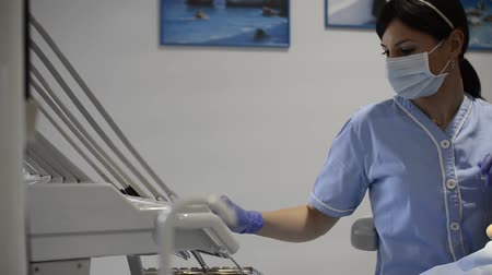 perfuração : Dentist performing a regular dental check up and drilling a tooth Vídeos