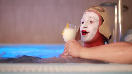 комедия : MIM drinking milk and floats in the pool