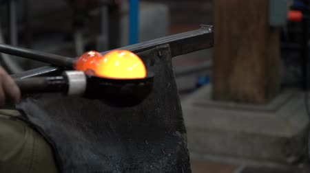 proces : Red-Hot Ball of Glass is Rolled and Cooled in Preparation for Blowing 4K Wideo