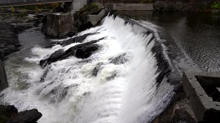 waterkracht : Slow Motion - Water stroomt over kleine hydro-elektrische dam in Vermont 4K