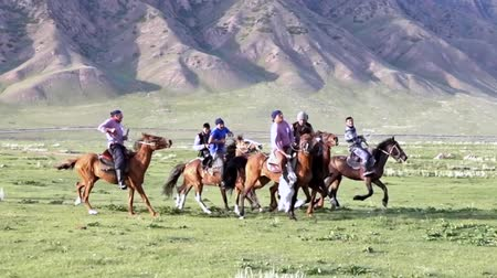kazahsztán : Issyk Kul, Kyrgyzstan - 20170529 - Buzkashi players skirmish with goat carcass