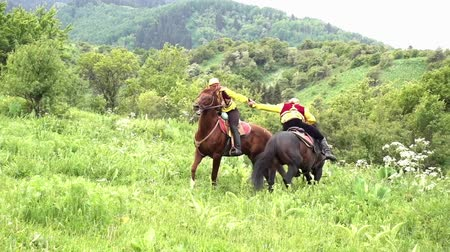 salto ostacoli : Almaty, Kazakhstan - 20170531 - Two men arm wrestle on horseback then winner rears up