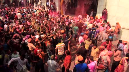 náboženství : Barsana, India - 20180223 - Holi Festival  -  Seen From Above  -  Crowd Throws Arms In Air In Dance