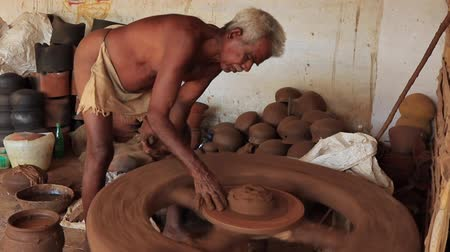 ceramika : Madurai, India - 20180310 - Man Uses Fully Manual Potter Wheel  -  Builds Up Clay