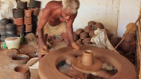ceramika : Madurai, India - 20180310 - Man Uses Fully Manual Potter Wheel  -  Builds Clay While Spinning Wheel Wideo