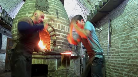 warsztat : Bukhara, Uzbek - 20170522 - Two blacksmiths pound glowing metal