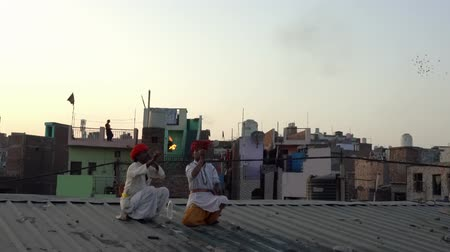 respiração : Kaputhli, India - 20180227 -  Two Fire Breathers On Rooftop Show Their Skill