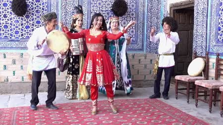 tradição : Khiva, Uzbek - 20170524 - Uzbek Family Entertainers Play, Dance and Sing