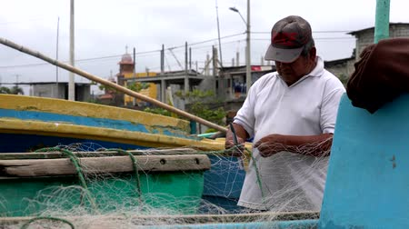 ügyesség : San Pedro, Ecuador - 20180915 -  Closeup of Man Fixing Net