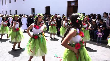 tradição : Women in Green Skirts Dance in Cuenca Independence Day Parade 2016