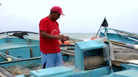 industrial fishing : San Pedro, Ecuador - 20180915 -  Man Cuts Net to Repair It