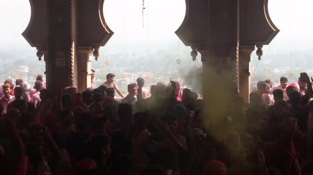 가루 : Barsana, India-201802242-Holi Festival-Chaos-Pan Of Crowd Outside Temple With Thrown Paint