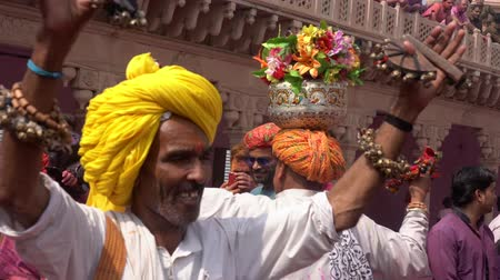 годовой : Barsana, India - 201802242 -  Holi Festival  -  Chaos  -  Man Spins With Flowers On His Head