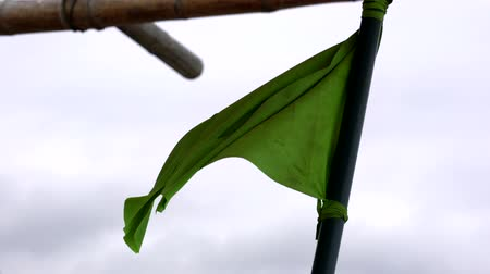 esquerda : San Pedro, Ecuador - 20180915 -  Green Fishing Flag Flaps in Wind To The Left