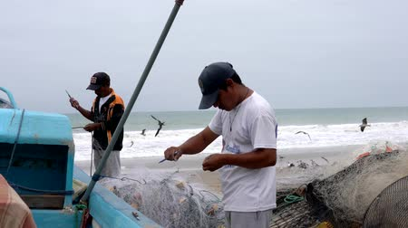 ügyesség : San Pedro, Ecuador - 20180915 -  Two Men Fixing Net