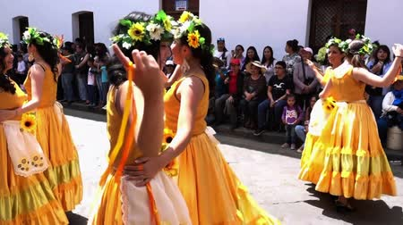 парад : Women in Yellow Dresses Dance in Cuenca Independence Day Parade 2016