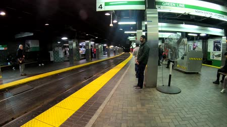 ondergronds : Boston, Massachusetts - 20181024 - Time Lapse  -  People Wait For Subway to Arrive While Others Walk Across Tracks HD