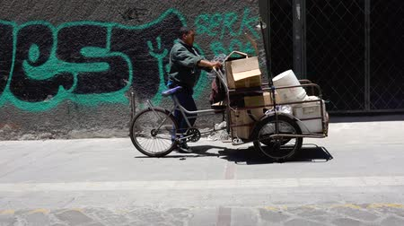 megtöltött : Cuenca, Ecuador  -  20180920  -  Man Walks Tricycle Filled With Cardboard He Is Recycling Stock mozgókép