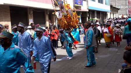 парад : Latacunga, Ecuador  -  20180925  -  Ashanguero in Blue Dances As He Carries 250 Pounds of Feast on His Back in Mama Negra Parade Стоковые видеозаписи