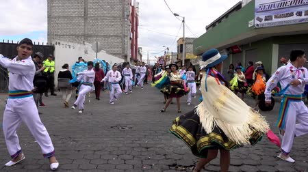 годовой : Latacunga, Ecuador  -  20180925  -  Couples Show Traditional Ecuadorian Dance in Parade