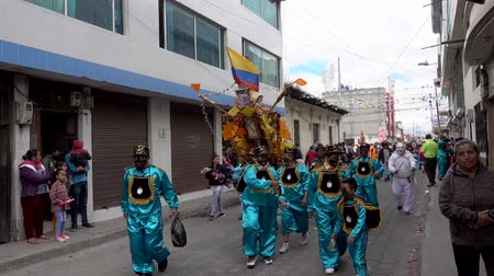 świnka morska : Latacunga, Ecuador  -  20180925  -  Ashanguero in Blue Carries 250 Pounds of Feast on His Back in Mama Negra Parade Wideo