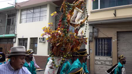 парад : Latacunga, Ecuador  -  20180925  -  Ashanguero Carries 250 Pounds of Feast on His Back in Mama Negra Parade