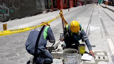 sıva : Cuenca, Ecuador  -  20180920  -  Worker Applies Glue To Panel He Is About To Insert Stok Video