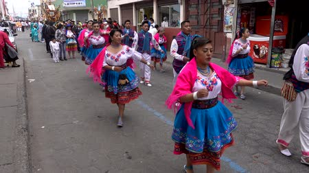 парад : Latacunga, Ecuador  -  20180925  -  Women in Red Shawls Dance in Parade