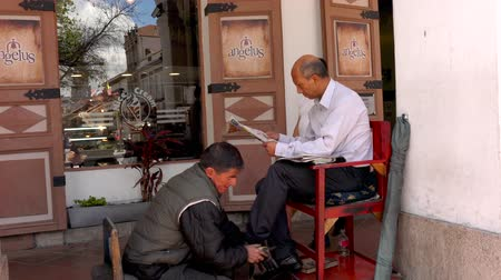 buty : Cuenca, Ecuador  -  20180920  -  Shoeshine Stand In Action