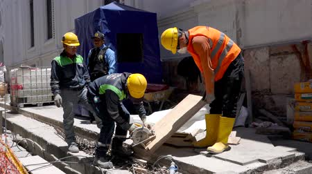 cortador : Cuenca, Ecuador  -  20180920  -  Worker Cuts Wood Plank While One Man Helps and Two Watch Vídeos