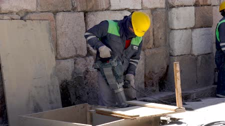 taladros : Cuenca, Ecuador  -  20180920  -  Worker Uses Jackhammer In Tight Location
